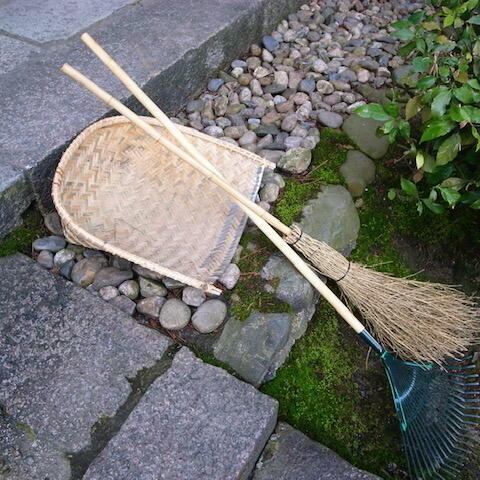 暑い夏、竹の掃除 用具涼しげ