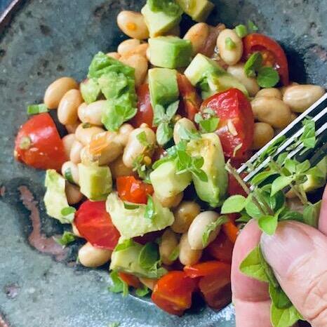 大豆のサラダにベジトラグのオレガノ